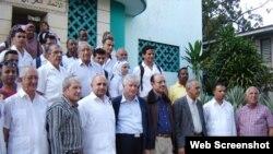 Los diplomáticos árabes junto a autoridades locales en Santiago de Cuba.