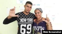 El opositor Eliecer Góngora, condenado a 6 meses de cárcel por negarse a pagar multas por distribuir información sobre Cuba Decide. A su lado, su esposa Lariuzka Molina.