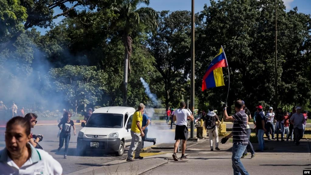 MANIFESTANTES RESPALDAN A MILITARES QUE ASALTARON CUARTEL VENEZOLANO