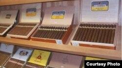Cohibas, Montecristos y H.Upmann cubanos a la venta en Brasil.