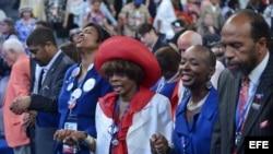 Delegados toman de las manos en oración hoy, miércoles 5 de septiembre de 2012, en la convención demócrata en Charlotte, Carolina del Norte.