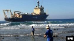 Dame cable: obreros cubanos arrastran el cable submarino de fibra óptica en Siboney, Santiago de Cuba (febrero del 2011).