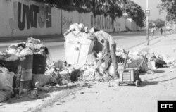 """""""Basurero improvisado en un barrio de La Habana"""" por Omar Rodríguez Saludes."""
