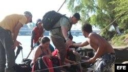 Foto Archivo. Cubanos cruzan el río Suchiate, en la frontera de Guatemala y México.