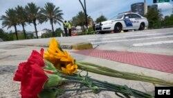 Un ramo de flores colocado frente al Centro Médico de Orlando, donde son atendidos algunos de los heridos en la masacre.