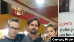 Maykel Fuentes Valero a su arribo a La Habana, lo esperaban su madre, un amigo y la novia.