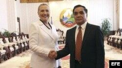 El primer ministro de Laos, Thongsing Thammavong, da la bienvenida a la secretaria de Estado estadounidense, Hillary Clinton antes de la reunión mantenida en Vientiane, Laos, el miércoles 11 de julio de 2012