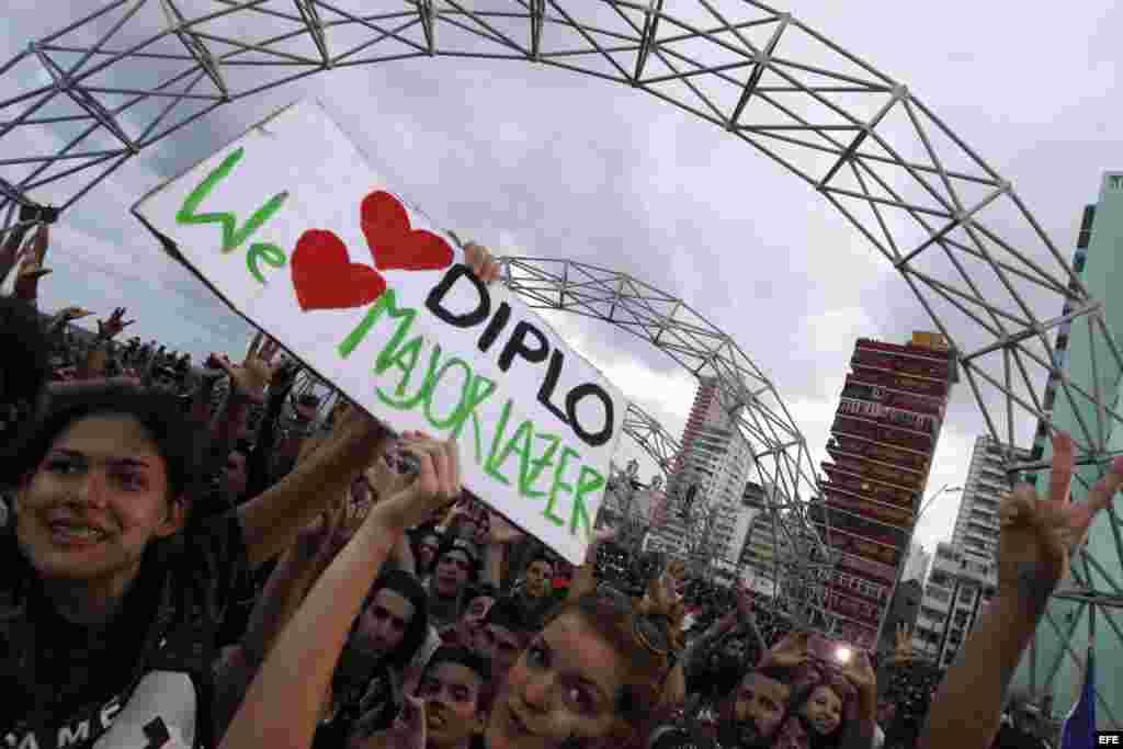 Los fans de Diplo y Major Lazer inundaron el malecón habanero para asitir al concierto de la banda de música electrónica.