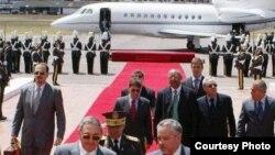 Raúl Castro tras un viaje en un jet ejecutivo donado por los chavistas.