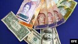 Varios billetes de dólar y de bolívar