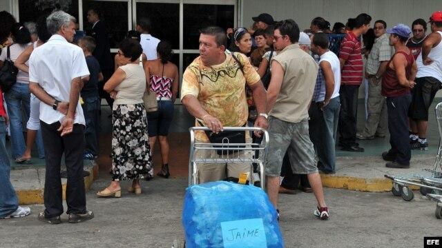 Ciudadanos cubanos reciben a sus familiares residentes en Estados Unidos en el aeropuerto de La Habana. Archivo.