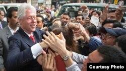 Bill Clinton es recibido por los vietnamitas