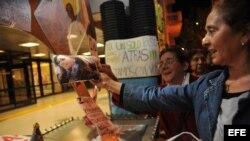 Seguidores de la presidenta argentina, Cristina Fernández, se concentran con fotografías y pancartas en los alrededores de la clínica Favaloro de Buenos Aires (Argentina).