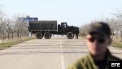 Tropas supuestamente rusas bloquean la entrada de la base de la Fuerza Naval ucraniana de Sevastopol, Ucrania el lunes 3 de marzo de 2014. La Flota rusa del Mar Negro negó que tenga planes de lanzarse al asalto de las unidades militares ucranianas en Crim