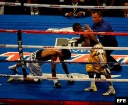 Archivo - Pelea entre el panameño Ricardo Córdoba (i) y el cubano Guillermo Rigondeaux (c) por el título peso pluma junior interino de la Asociación Mundial de Boxeo.