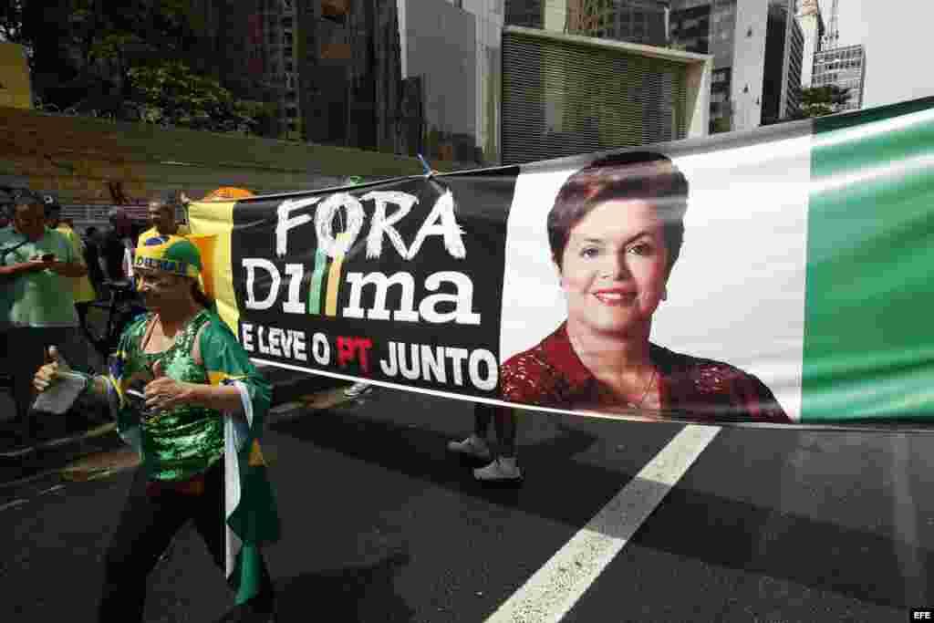 """""""Dilma fuera!"""" era el lema de las protestas en Brasil."""