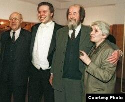 Alexander Solzhenitsin con Mtislav Rostropovich (i), su hijo Ignat y su esposa Natsaha (d).