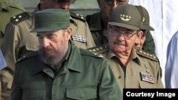 Raúl Castro y su hermano Fidel Castro