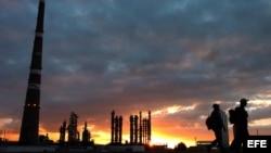 """Vista general de la refinería de petróleo """"Camilo Cienfuegos""""."""