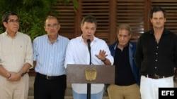 El presidente de Colombia, Juan Manuel Santos (c).