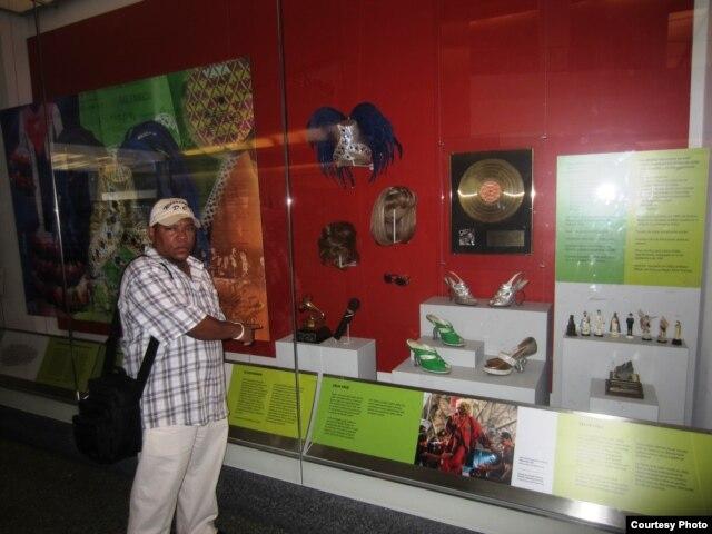 L. Calvo ante la exposición de Celia Cruz en el Museo de Historia Americana