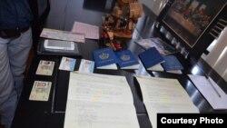 Imagen del Ministerio del Interior ecuatoriano con parte de los documentos y pasaportes decomisados.