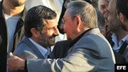 Archivo - Raúl Castro (d), despide a Mahmud Ahmadineyad (i).