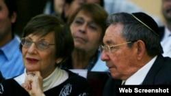 Raúl Castro junto a Adela Dworin, presidenta de la Comunidad Judía de Cuba