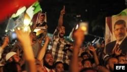 Varios egipcios simpatizantes del depuesto presidente egipcio Mohamed Mursi protestan en los alrededores de la plaza de Rabea al Adauiya, en El Cairo (Egipto) hoy, viernes 5 de julio de 2013, contra el reciente golpe de Estado del Ejército, que depuso a M