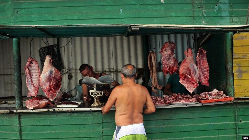 Un hombre compra carne en un puesto callejero en La Habana (Cuba).