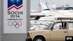 Un taxista espera clientes cerca del puerto de la ciudad rusa de Sochi, en el mar Negro.