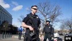 Dos policías montan guardia fuera del edificio Rayburn House Office Building tras un incidente en el Capitolio en Washington, Estados Unidos, hoy 29 de marzo de 2017. La Policía del Capitolio de Washington realizó varios disparos contra una persona que in