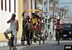 Un coche de caballos transita por una calle de la ciudad de Santa Clara, en el centro de Cuba.