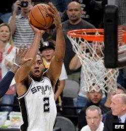 Kawhi Leonard (i) de San Antonio Spurs.
