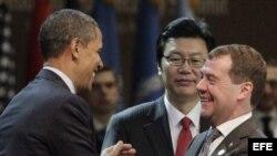 El presidente estadounidense, Barack Obama, saluda al presidente saliente ruso, Dimitri Medvédev, durante la Cumbre de Seguridad Nuclear en Seúl, Corea del Sur, el 27 de marzo de 2012.