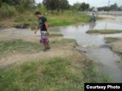 Por este salidero en La Güinera y otro en el reparto Nazareno se estaban perdiendo más de 2 millones y medio de litros de agua diarios (foto Calixto Martínez)