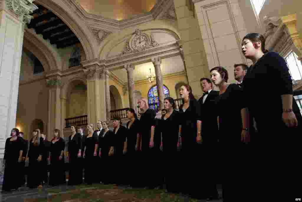 """Los coros """"Cardinal Singers"""" (de negro) y el cubano """"Coro Nacional de Cuba"""" (de blanco) se presentan, el lunes 28 de mayo de 2012, en La Habana, Cuba, dando así inicio a la jornada inaugural del Simposio Coral Cuba-Estados Unido"""