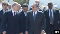 Vladimir Putin junto a Castro en el monumento al soldado soviético.