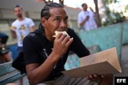 En Cuba, la pizza callejera se sobre un pedazo de cartón.