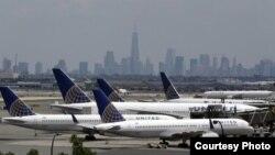 Aviones de United en la pista del aeropuerto Liberty de Newark. Al fondo, los rascacielos de Nueva York.