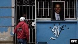 Una foto del presidente de los Estados Unidos Barack Obama cuelga la entrada de una casa, el 21 de marzo de 2016, en La Habana.