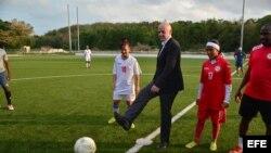 El presidente de la FIFA, Gianni Infantino, patea un balón durante la inauguración del Campo de la Polar, construido en La Habana con participación de la FIFA.