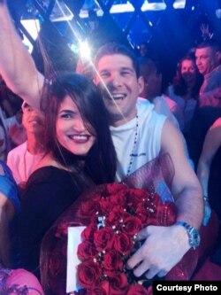 Raúl Guillermo Rodríguez Castro con una joven en el concierto por el Día de los Enamorados de Yomil y El Dany, Salón Rojo del Capri.
