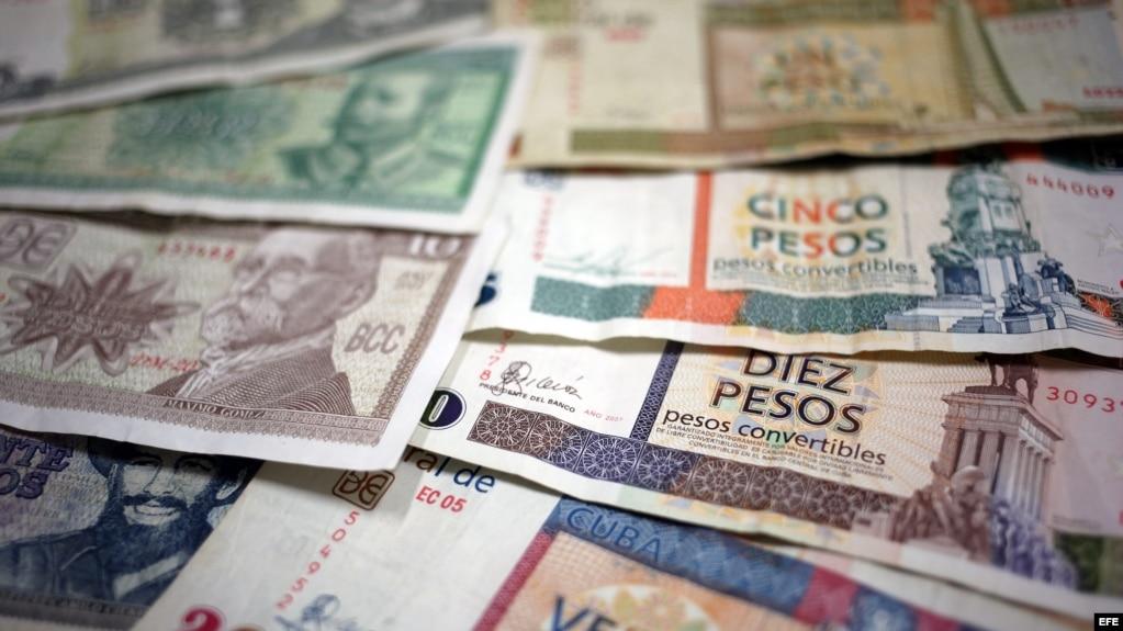 Vista de algunos billetes cubanos, unos de CUP (i) y otros de CUC (d).