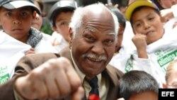 """Archivo - José Ángel """"Mantequilla"""" Nápoles posa durante el inicio de una campaña contra el acoso escolar en Ciudad de México."""