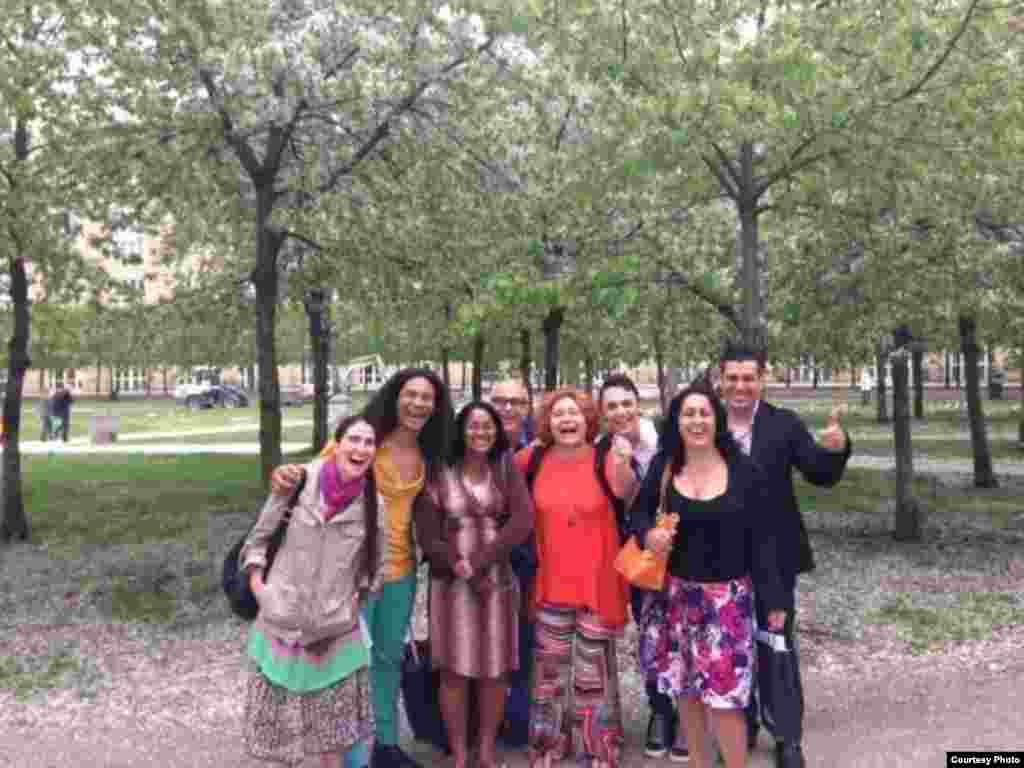 Los blogueros cubanos con el equipo de Misceláneas de Cuba.