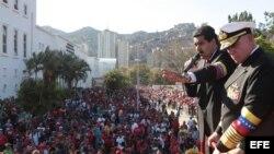 Fotografía cedida por la presidencia de Venezuela que muestra al vicepresidente del país, Nicolás Maduro (2d), hablando el jueves 7 de marzo de 2013, en la Academia Militar en Caracas