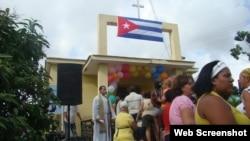 Grupo de fieles a la entrada de una capilla rural en La Habana.