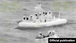 Foto con visión nocturna que muestra el rescate de12 balseros cubanos por la tripulación del escampavías Northland (USCG)