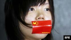"""Una manifestante lleva su boca tapada con una pegatina durante una protesta contra la introducción de la """"Educación Moral y Nacional"""" en los planes de estudio de las escuelas hongkonesas."""
